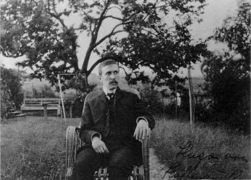 Hugo von Hofmannsthal in seinem Garten in Rodaun source Bildarchiv ONB Wien