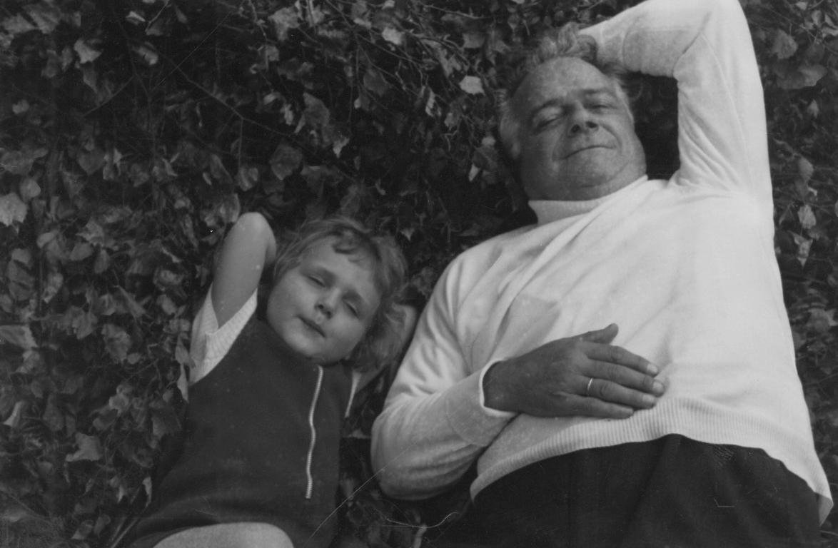 Le poète Roger Bodart et sa petite-fille Florence Richter en 1970